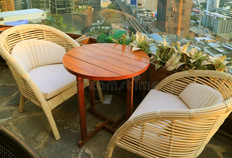 Puści Rattan krzesła z Round stołem przy dachu tarasem fotografia royalty free