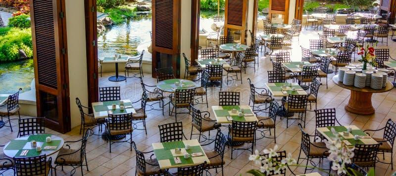 Puści restauracja stoły, krzesła Oczekuje Gueststy i obrazy royalty free