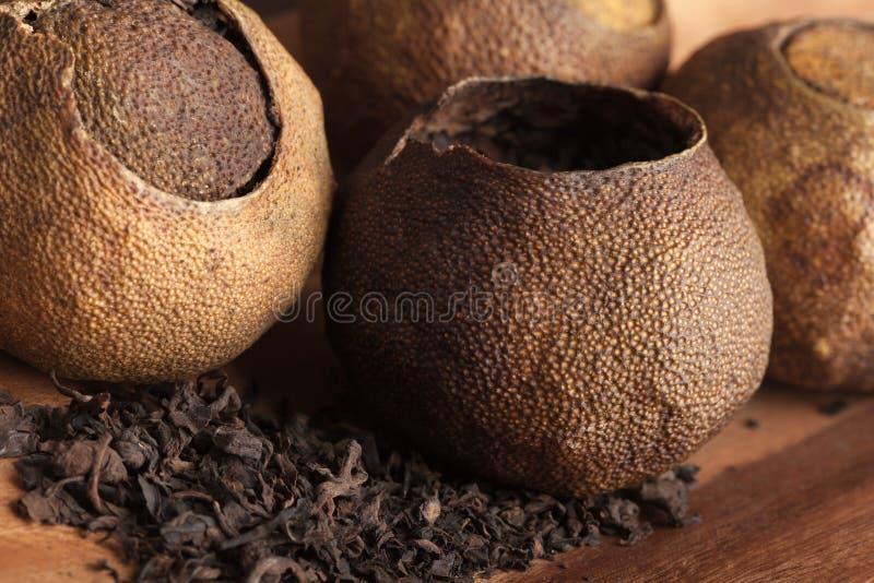 Pu. Chińska herbata pakująca w mandarynkach zdjęcie royalty free
