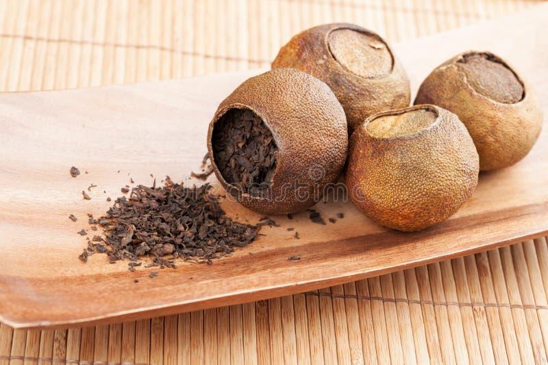 Pu. Chińska herbata w wysuszonych mandarynkach zdjęcia stock