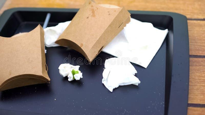 Pu?ci fast?w food pakunki i zmi?ta tkanka na plastikowej tacy, samoobs?ugowa kawiarnia zdjęcie royalty free