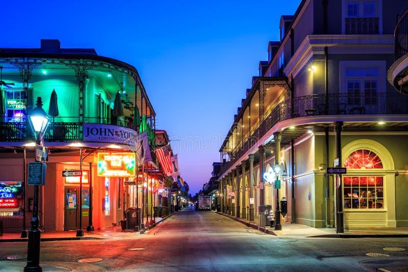 Pub e barre con le luci al neon nel quartiere francese, nuovo Orlea fotografie stock
