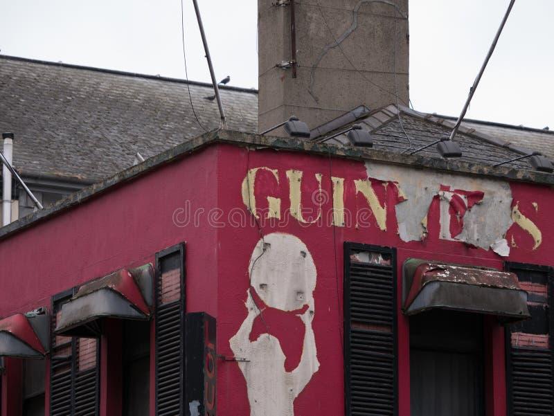 Pub irlandés abandonado viejo en Dublín, Irlanda foto de archivo libre de regalías