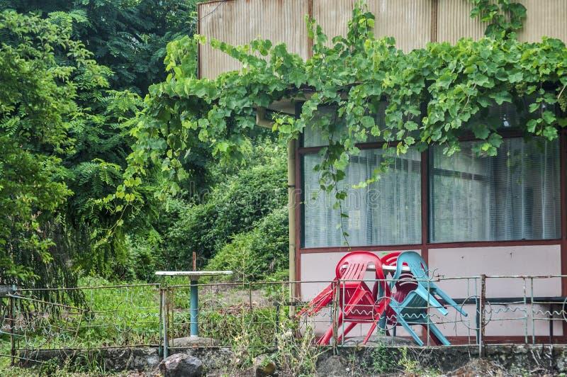 Pub obsoleto abbandonato del villaggio immagini stock libere da diritti