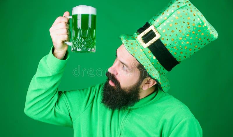 Ирландский паб Выпивая торжество части пива Меню праздника Адвокатуры сезонное Покрашенное зеленое традиционное пиво Напиток алко стоковые фото