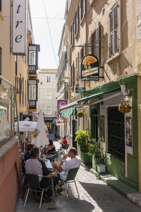 Pub in steeg met buitenzitplaatsen in Gibraltar stock afbeelding