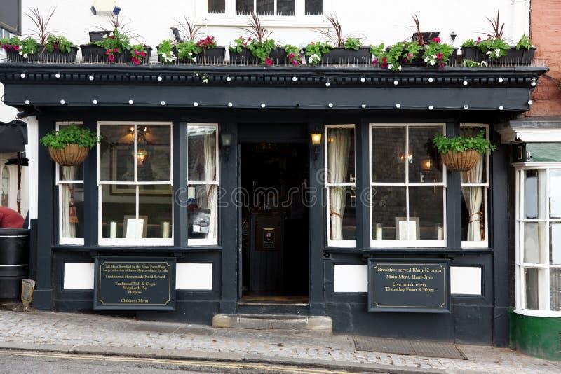 Pub velho clássico exterior em Londres fotos de stock