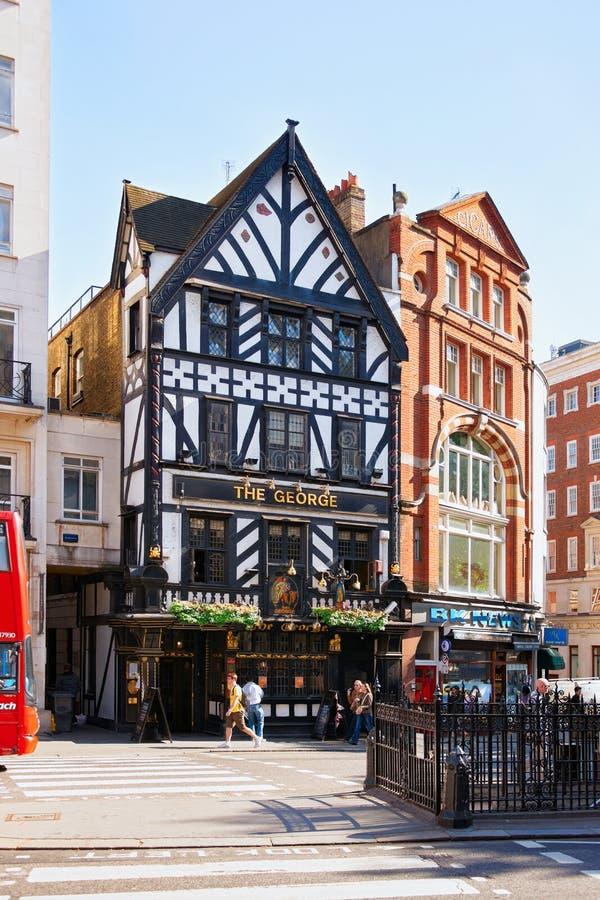 Pub y gente en calle en Londres imagen de archivo libre de regalías