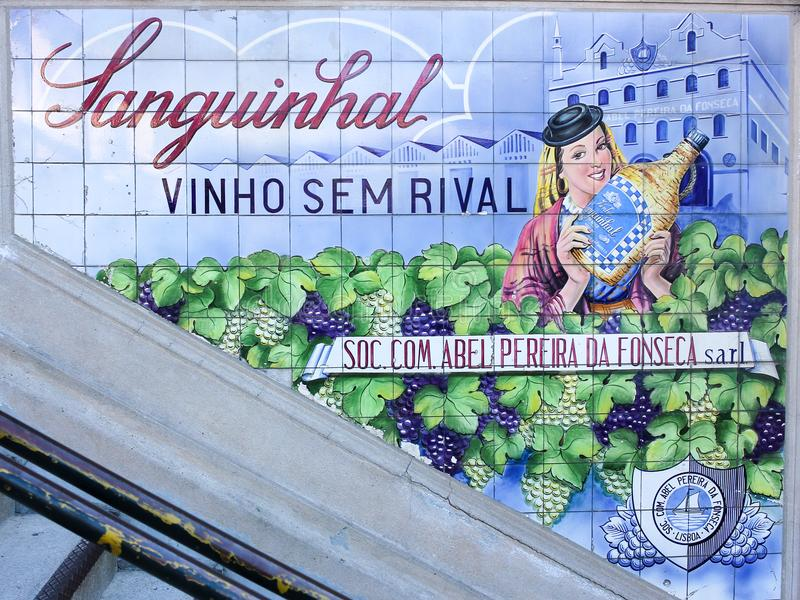 Pubblicità del vino sulle mattonelle a Oporto, Portogallo fotografia stock libera da diritti
