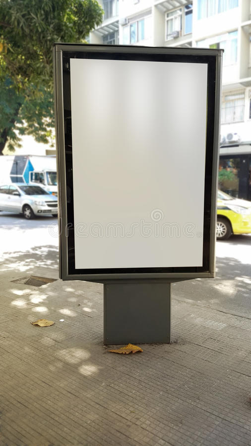 Pubblicità dell'esposizione in marciapiede di Rio de Janeiro fotografie stock