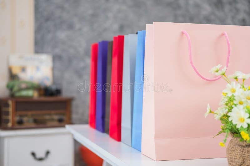 Pubblicità e concetto al minuto - molti sacchetti della spesa variopinti immagine stock