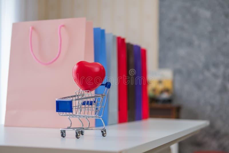 Pubblicità e concetto al minuto - molti sacchetti della spesa variopinti fotografia stock