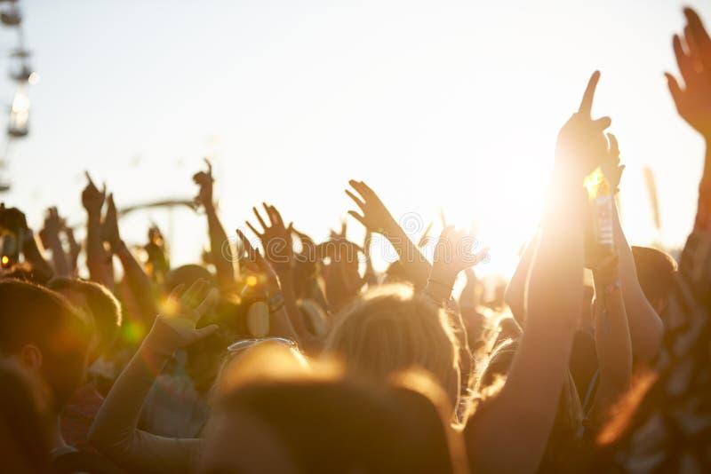 Pubblico al festival di musica all'aperto fotografia stock libera da diritti