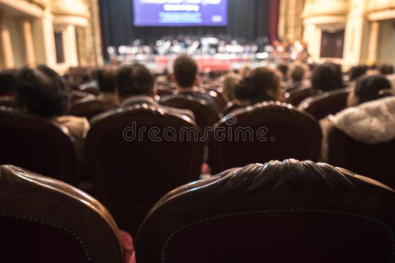 Pubblico vago in un teatro, su un concerto Spettatori che guardano la manifestazione fotografia stock libera da diritti