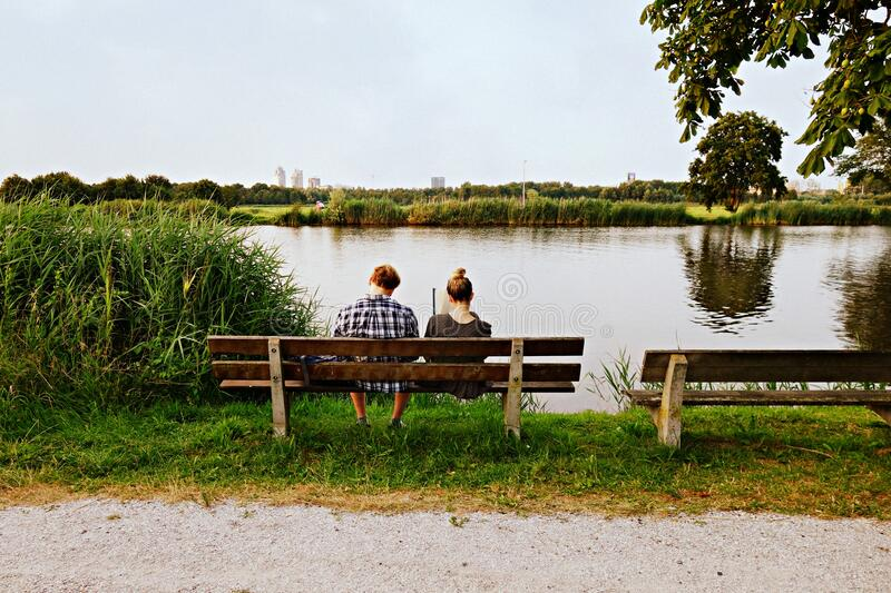 PUBLIC DOMAIN DEDICATION Pixabay-Pexels digionbew 13. 24-07-16 Couple on bench at water's edge LOW RES DSC06940 stock photography