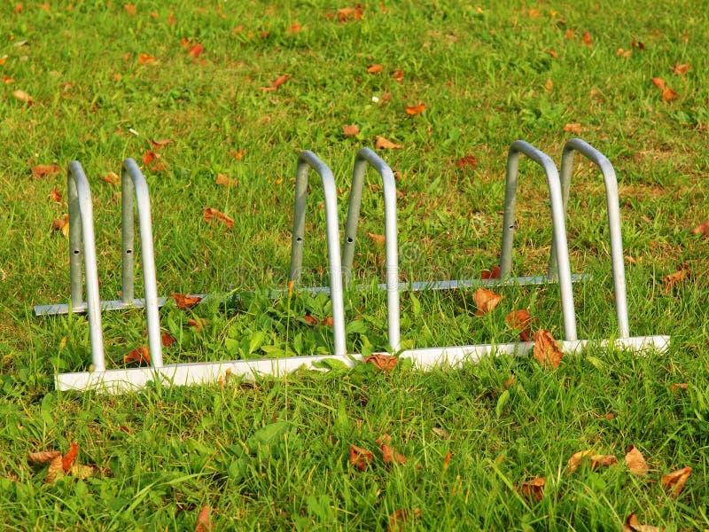 Download Public Videz Le Support Pour Des Vélos Sur L'herbe Cadre De Fonte Grise Avec Des Marques De La Corrosion Photo stock - Image du métal, travaillé: 45357384