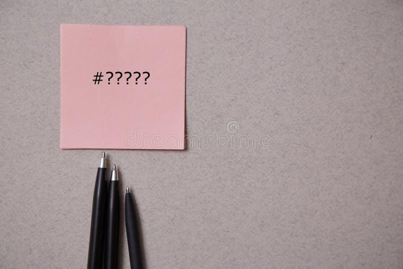Publicar em blogs, blogue e blogger ou conceito social dos meios: etiquetas e penas no fundo cinzento Configura??o lisa imagem de stock royalty free