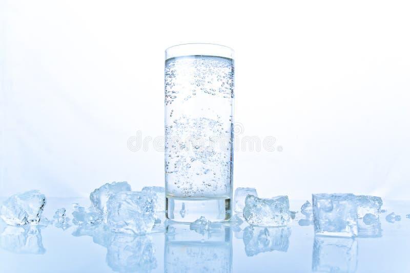 Publicidad de aún-vida con el vidrio de soda con hielo fotografía de archivo libre de regalías