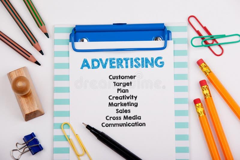 Publicidad de concepto Escritorio de oficina con efectos de escritorio Fondo acertado del negocio y del crecimiento imagen de archivo libre de regalías