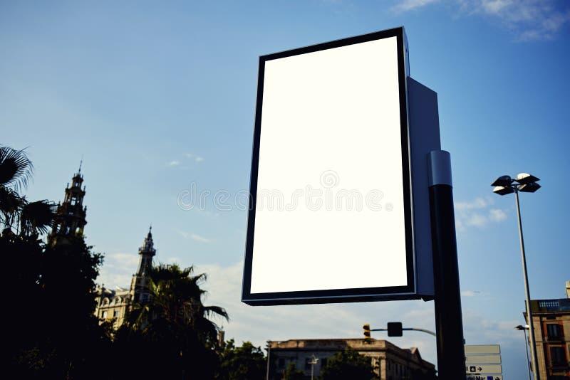 Publicidad de la bandera vacía ascendente falsa en ciudad metropolitana en el día soleado hermoso imagen de archivo