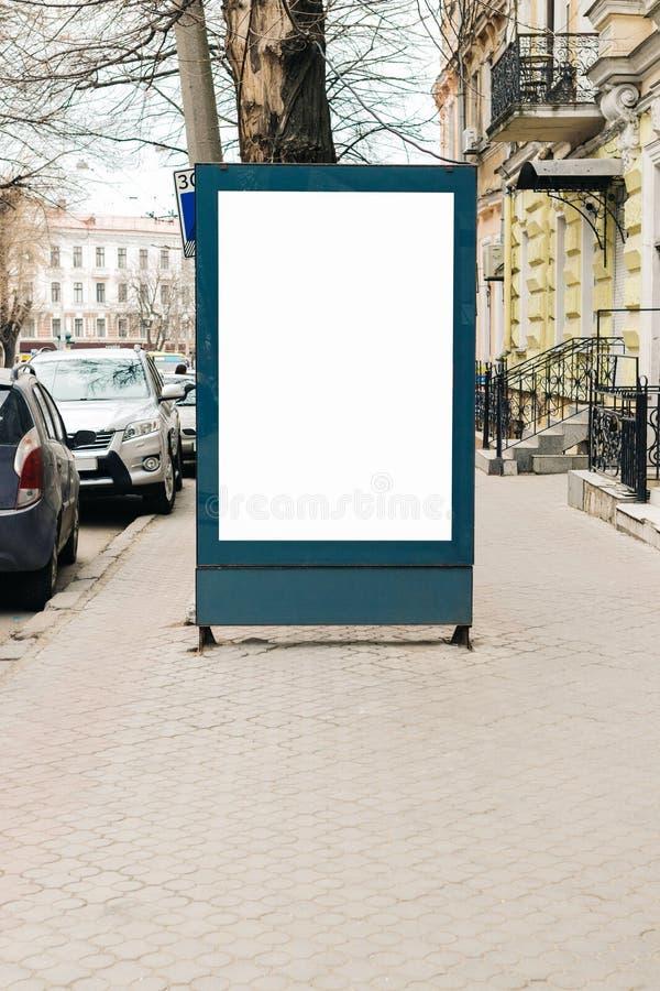 Publicidad de la cartelera en blanco en la acera en la ciudad vieja fotografía de archivo libre de regalías