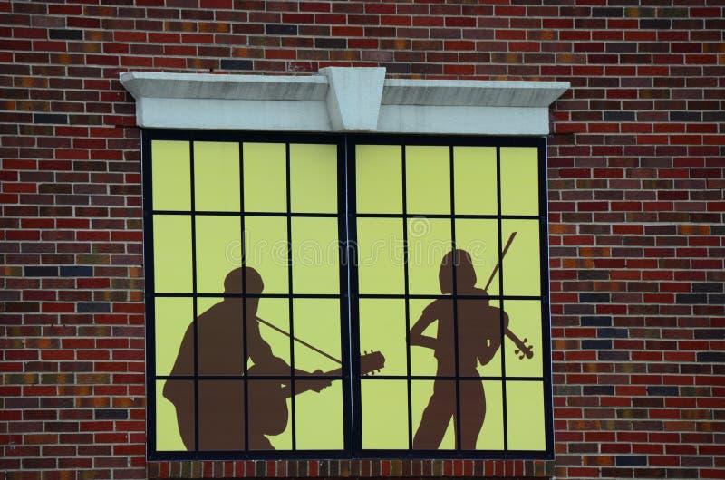 Publicidad de ventana de tienda decorativa de la música imagenes de archivo