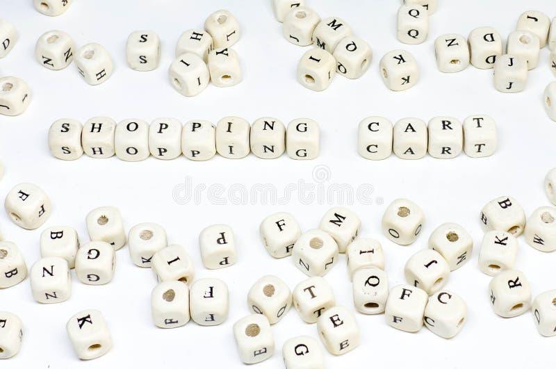 Publicidad online que bloguea del correo electrónico del comercio electrónico y carro de la compra de madera social del ABC del t foto de archivo libre de regalías