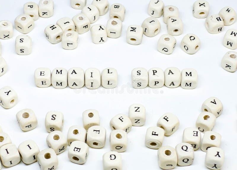 Publicidad online que bloguea del correo electrónico del comercio electrónico y Spam de madera social del correo electrónico del  imagen de archivo libre de regalías