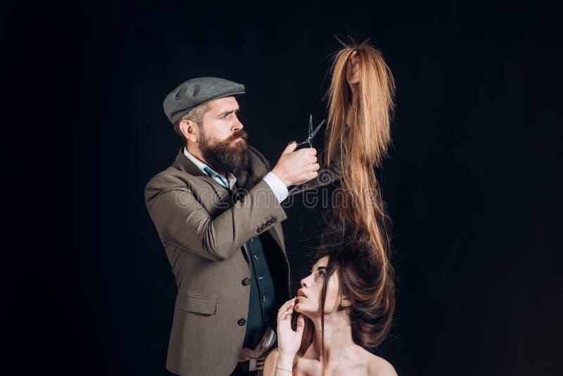 Publicidad y concepto de la peluquer?a de caballeros Estilista y peluquero Mujer que consigue corte de pelo del peluquero en la p fotos de archivo
