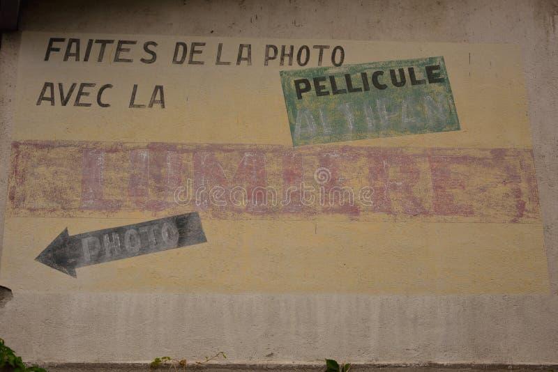Publicité très vieille sur un mur image stock