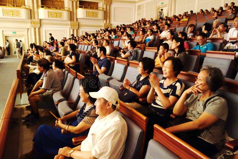 Publiek die aan overleg luisteren stock afbeeldingen