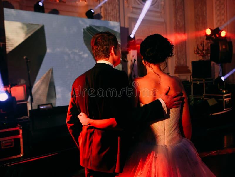 Publiekspaar het letten op de tribunerug van het overlegstadium royalty-vrije stock foto