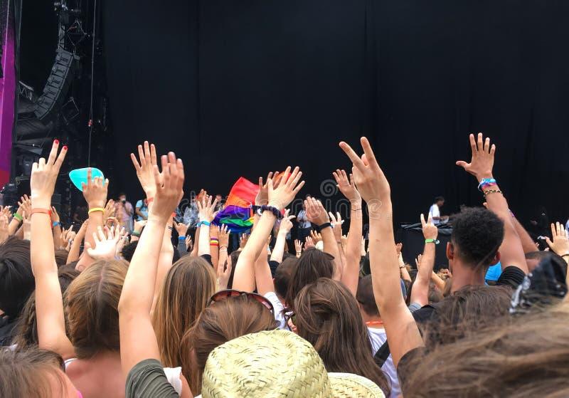 Publikum mit den Händen hob an einem Musikfestival, leeres Stadium mit Kopienraum an stockbilder