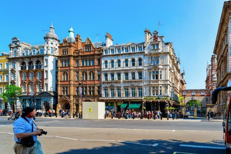 Pubs y gente local en calle en Londres fotos de archivo