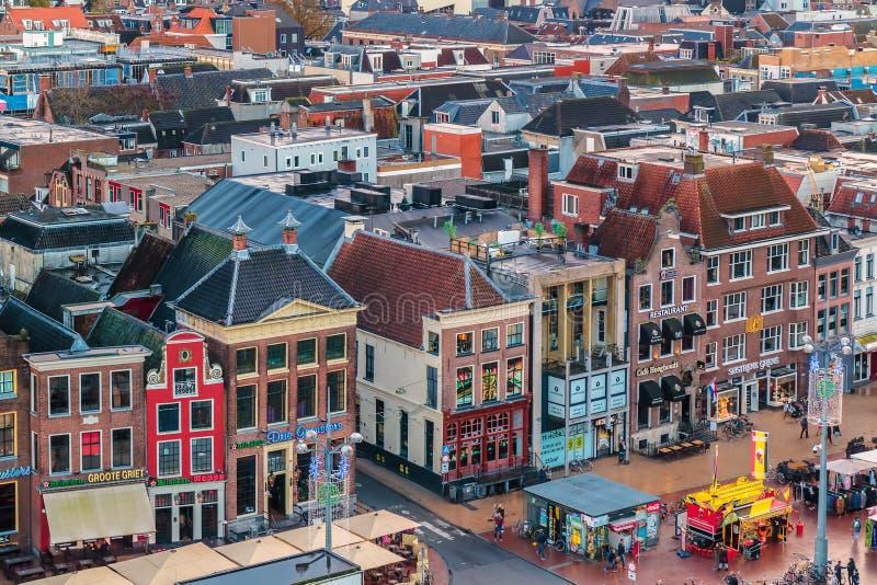 Pubs y restaurantes en el cuadrado central famoso Grote Markt adentro fotografía de archivo