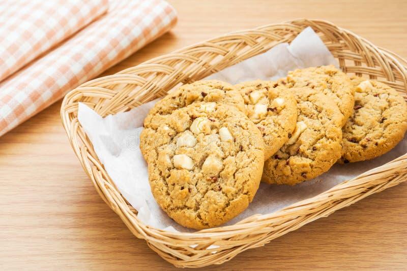 Puce de chocolat blanche avec le biscuit de framboise dans le panier photo stock