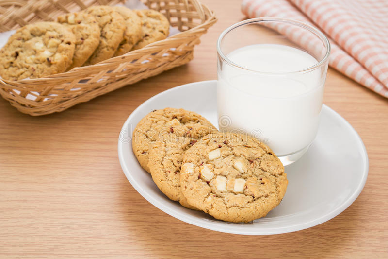 Puce de chocolat blanche avec le biscuit de framboise et le verre de lait image stock