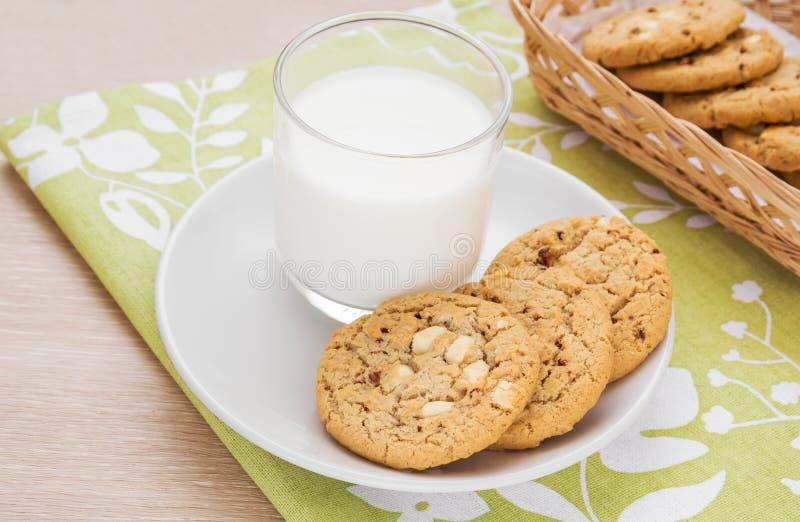 Puce de chocolat blanche avec le biscuit de framboise et le verre de lait photographie stock libre de droits