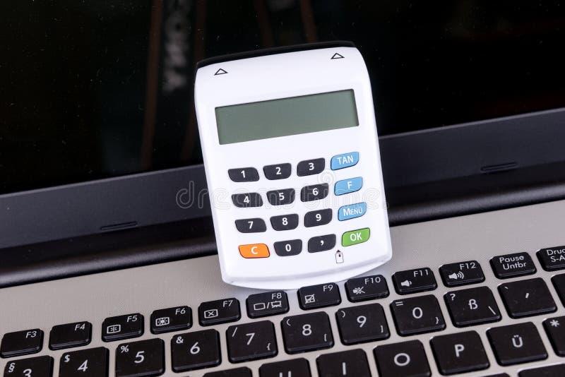 Puce optique blanche TAN Generator et ordinateur portable images libres de droits