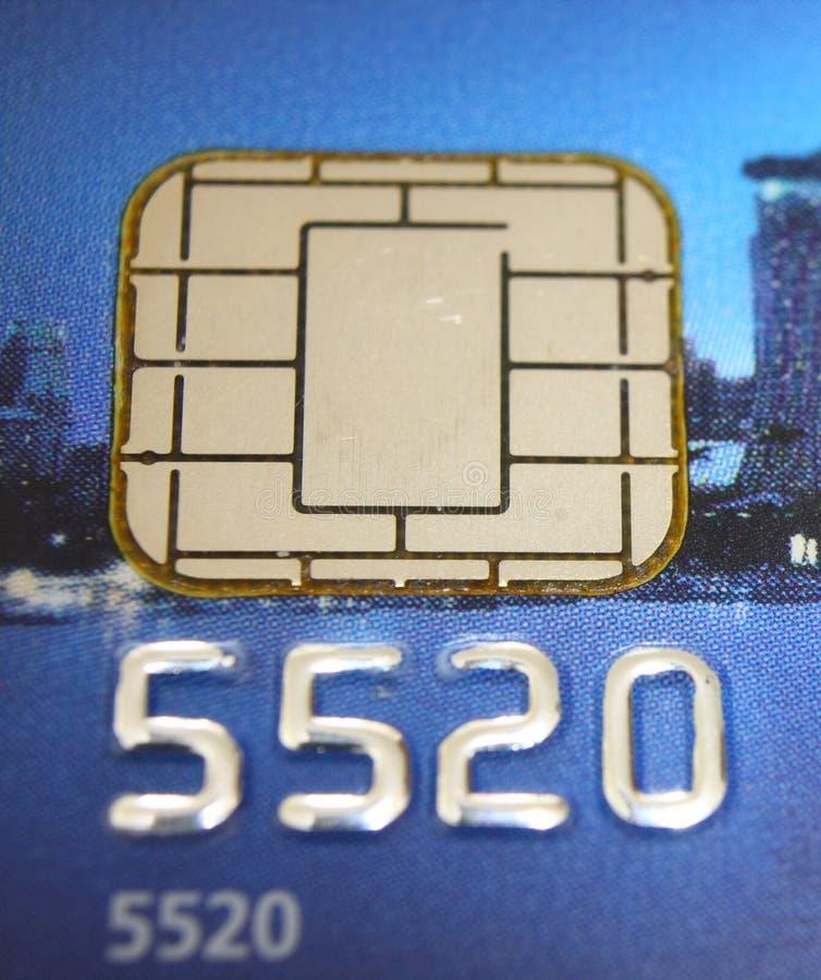 Puce par la carte de crédit images stock