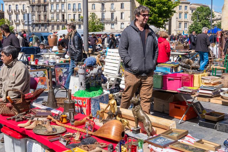 Puces aux. famosos de Marche del mercado de pulgas de Burdeos en domingo en lugar cerca de la basílica del Saint Michel, Aquitani fotografía de archivo