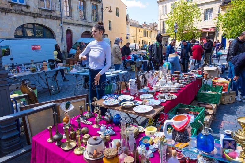 Puces aux. famosos de Marche del mercado de pulgas de Burdeos en domingo en lugar cerca de la basílica del Saint Michel, Aquitani fotos de archivo libres de regalías