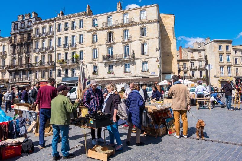 Puces aux. famosos de Marche del mercado de pulgas de Burdeos en domingo en lugar cerca de la basílica del Saint Michel, Aquitani foto de archivo libre de regalías