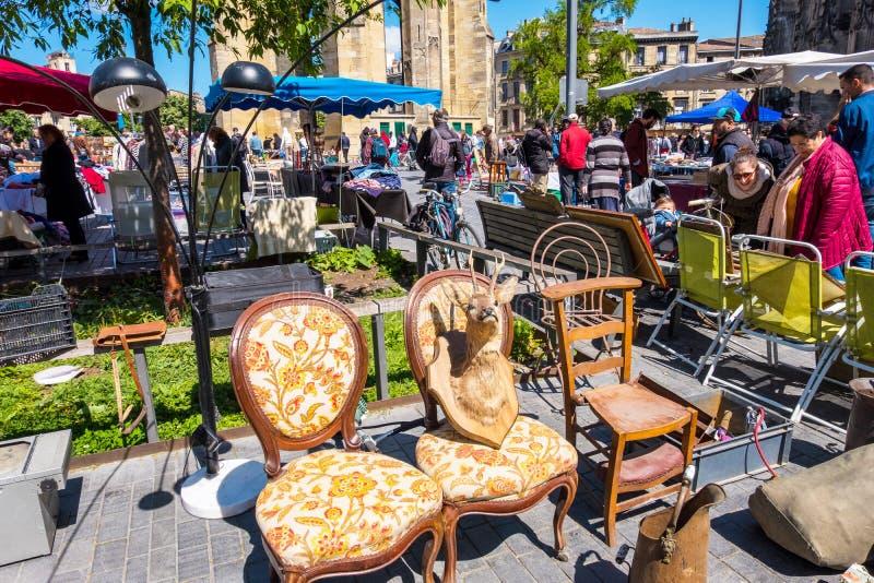 Puces aux. famosos de Marche del mercado de pulgas de Burdeos en domingo en lugar cerca de la basílica del Saint Michel, Aquitani foto de archivo