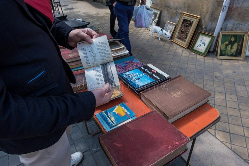 Puces aux. famosos de Marche del mercado de pulgas de Burdeos en domingo en lugar cerca de la basílica del Saint Michel, Aquitani imagen de archivo