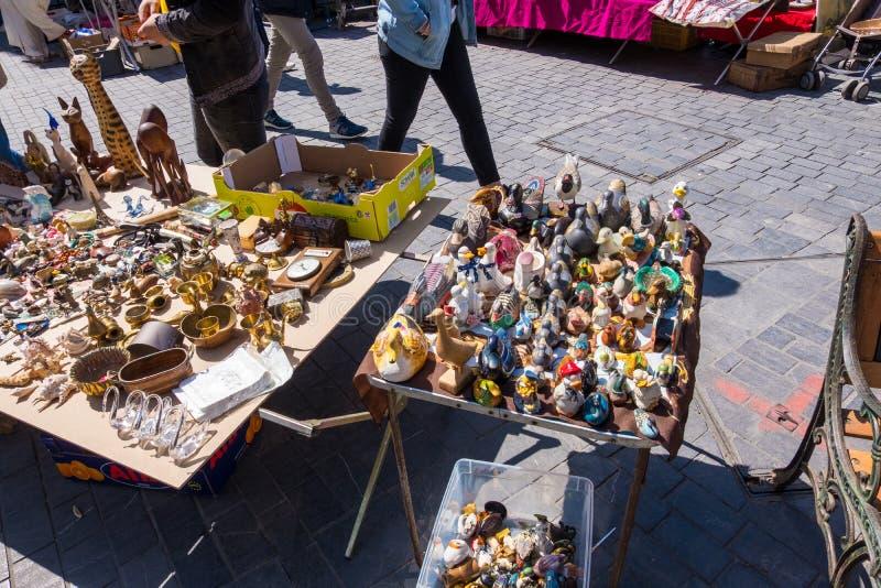 Puces aux. famosos de Marche del mercado de pulgas de Burdeos en domingo en lugar cerca de la basílica del Saint Michel, Aquitani fotos de archivo