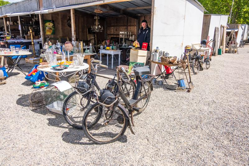 Puces aux. famosos de Marche del mercado de pulgas de Burdeos en el centro histórico de Burdeos, Aquitania, Francia fotos de archivo