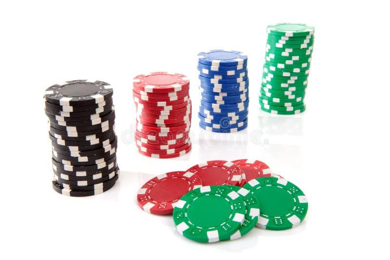 Puces colorées de casino de tisonnier photographie stock libre de droits