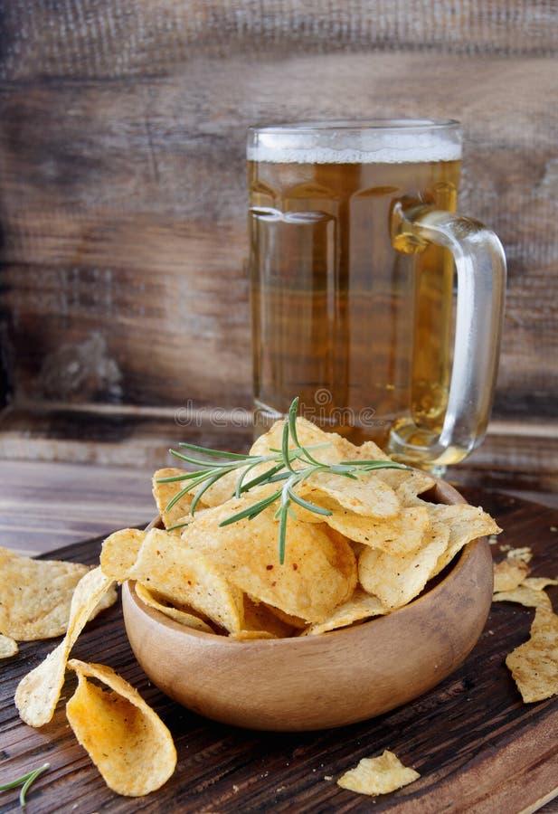 Puces dans une cuvette et une bière en bois photographie stock libre de droits