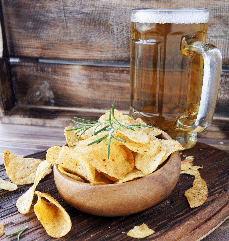Puces dans une cuvette et une bière en bois images libres de droits